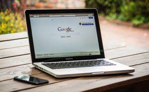 laptop pomocnik w szybkim zarabianiu w internecie